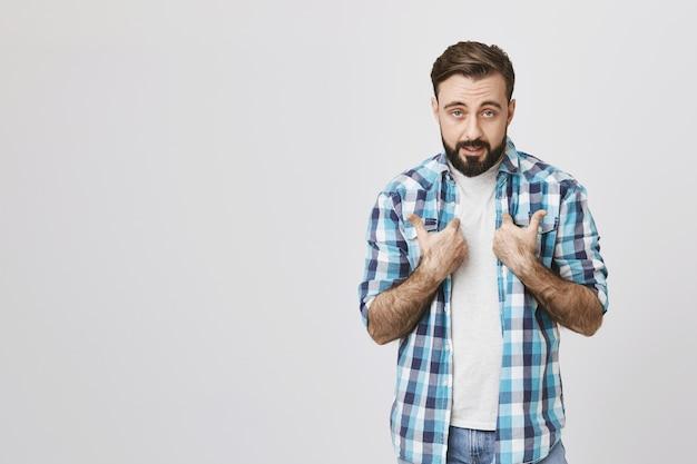 Uomo barbuto accusato insultato che indica se stesso