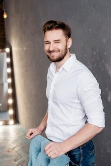 Uomo barbuto bello e felice