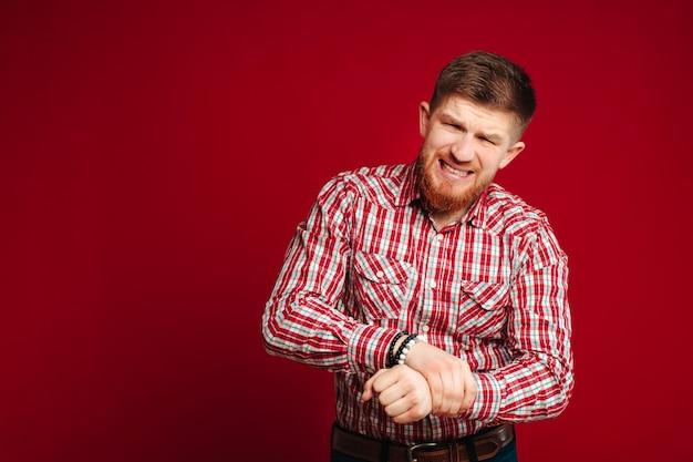 Uomo barbuto che soffre di artrite, dolore al polso