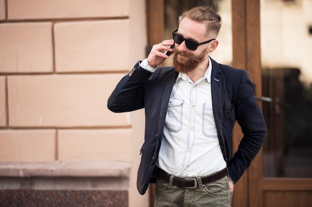 Uomo barbuto con il telefono