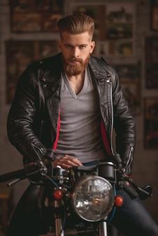 Uomo barbuto in giacca di pelle