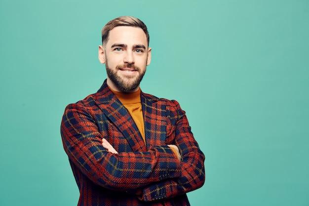 Uomo barbuto moderno sull'azzurro