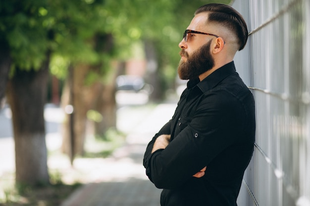 Uomo barbuto nel parco