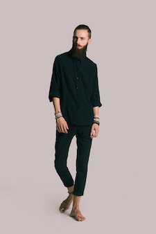 Uomo barbuto stile hipster