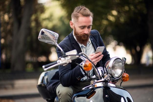 Uomo barbuto su scooter