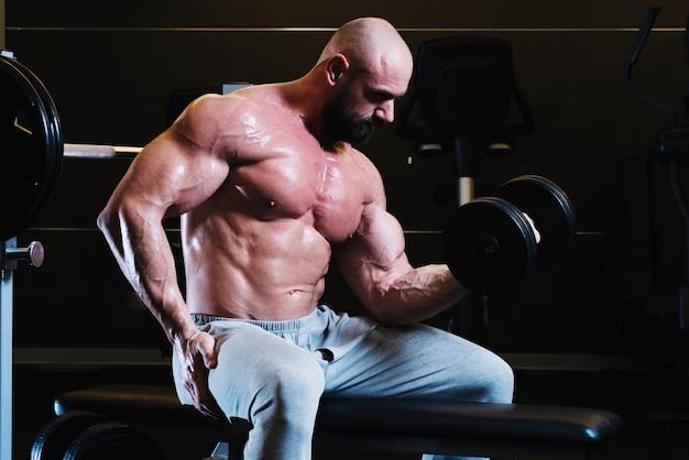 Uomo bare-chested facendo esercizi