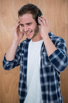Uomo bello che ascolta la musica con la cuffia