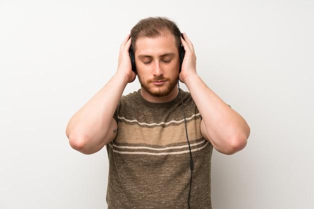 Uomo bello che ascolta la musica con le cuffie