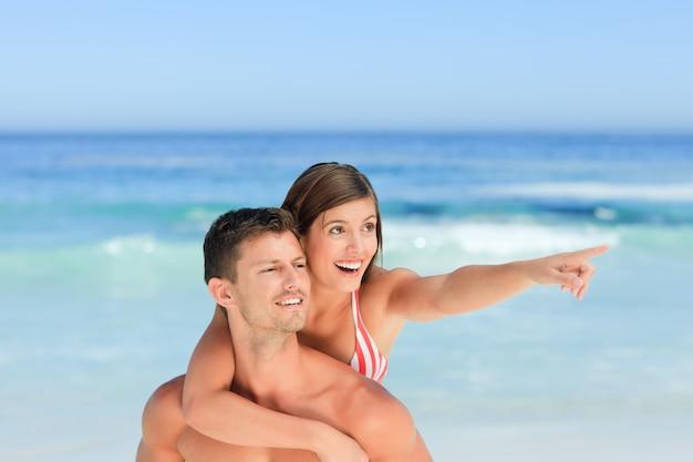 Uomo bello che ha moglie un a due vie sulla spiaggia