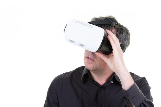 Uomo bello che indossa gli occhiali di protezione di realtà virtuale di vr con lo spazio della copia
