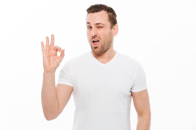 Uomo bello che mostra gesto giusto.