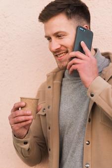 Uomo bello che parla al telefono