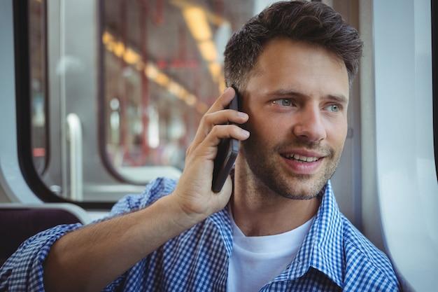 Uomo bello che parla sul telefono cellulare