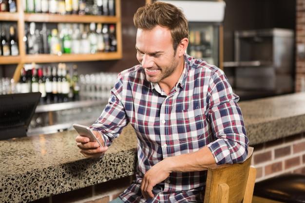 Uomo bello che per mezzo dello smartphone