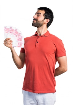 Uomo bello che prende un sacco di soldi