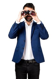 Uomo bello con binocolo