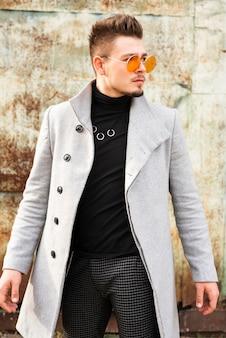 Uomo bello con gli occhiali alla moda