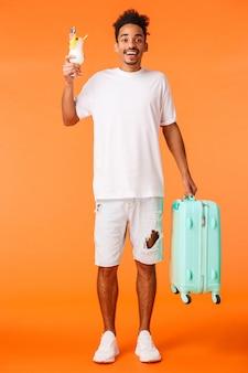 Uomo bello con la maglietta bianca pronta a viaggiare