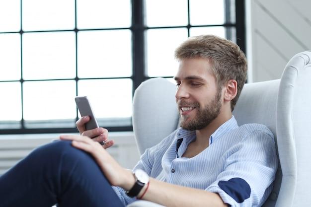Uomo bello con lo smartphone