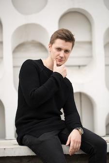 Uomo bello di modo in vestiti neri