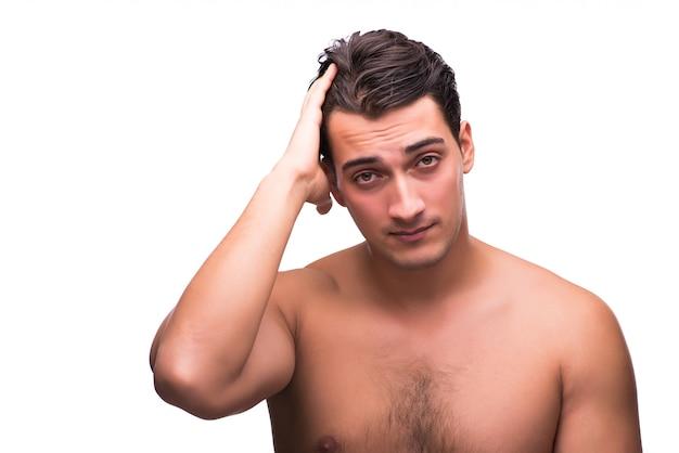 Uomo bello dopo la doccia isolata su bianco