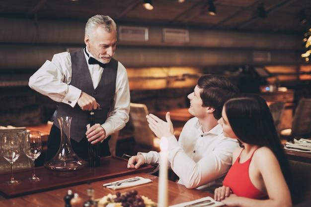 Uomo bello e donna alla data nel ristorante.