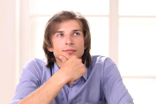 Uomo bello e riflessivo in ufficio