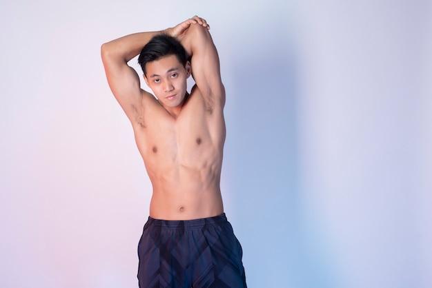 Uomo bello fitness muscolare