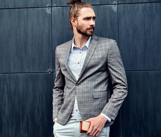 Uomo bello in abito a scacchi grigio