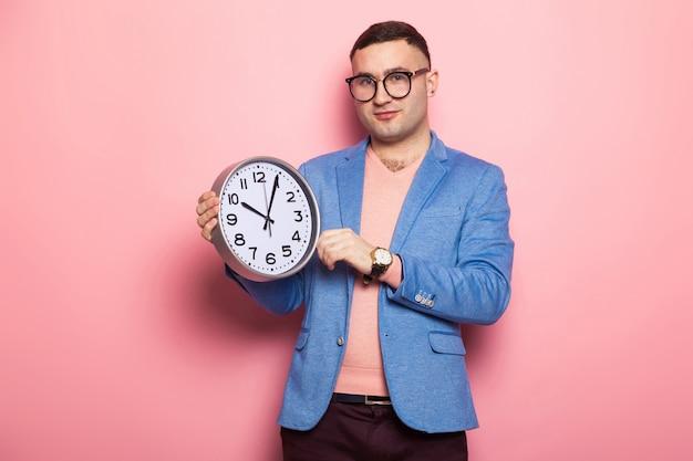 Uomo bello in giacca luminosa con orologi