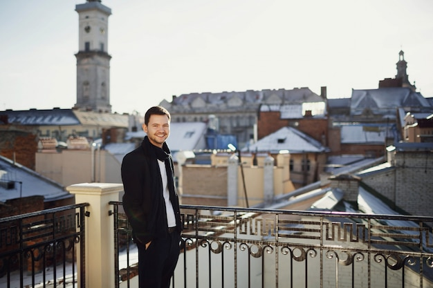 Uomo bello in piedi sulla terrazza con splendide viste