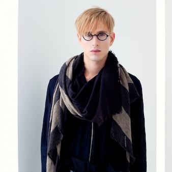 Uomo bello moderno biondo dell'allievo con il ritratto degli occhiali del nerd