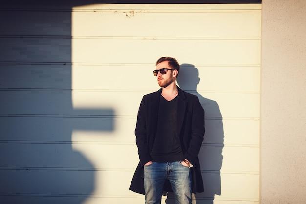Uomo bello moderno in occhiali da sole