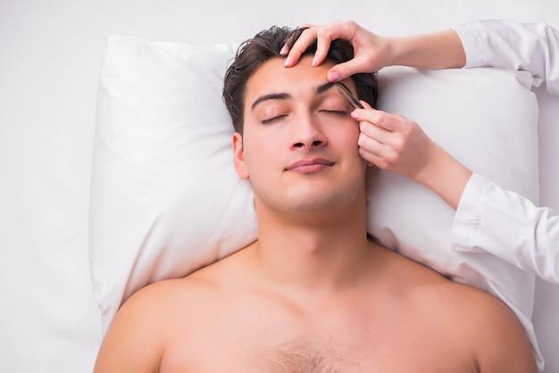 Uomo bello nel concetto di massaggio della stazione termale