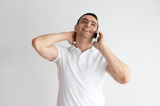 Uomo bello rilassato che parla sul telefono cellulare. sorridente giovane ragazzo chiamata su smartphone.