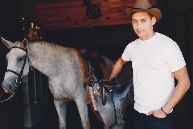 Uomo bello trascorrere del tempo con un cavallo