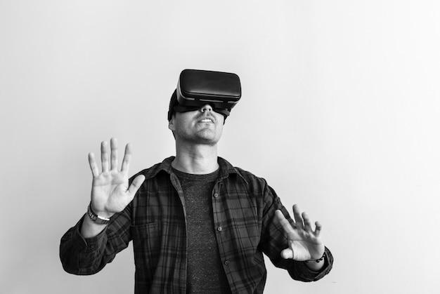 Uomo bianco che sperimenta la realtà virtuale con l'auricolare vr
