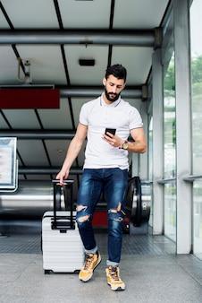Uomo bianco che trasporta bagagli