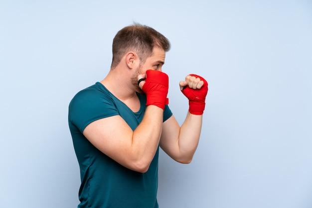 Uomo biondo di sport in fasciature di pugilato
