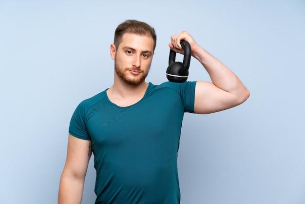Uomo biondo sport con kettlebell