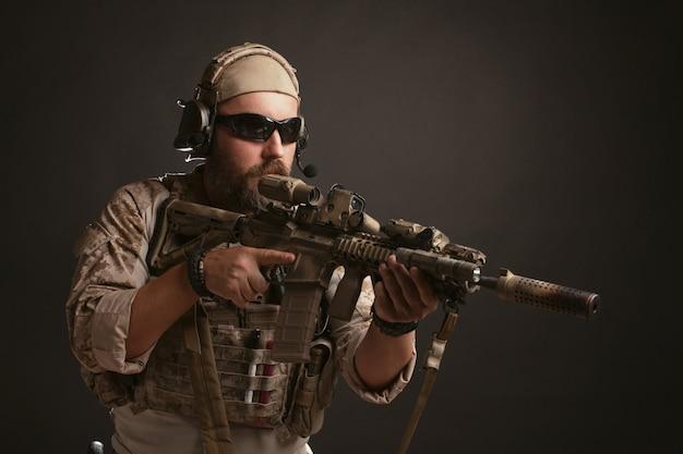 Uomo brutale che mira dal suo fucile.