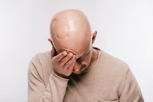 Uomo calvo con stress psicologico in lotta per la vita tumore al cervello