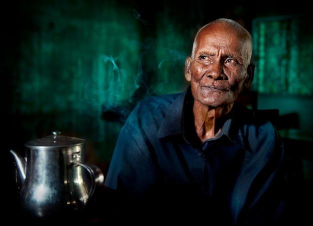 Uomo cambogiano in una casa da tè