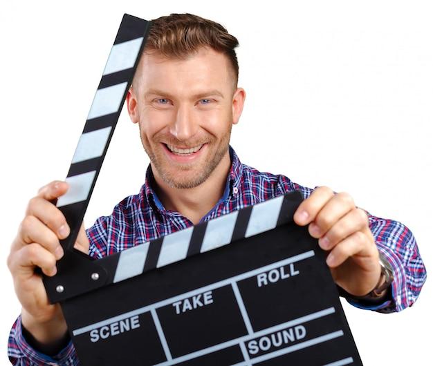 Uomo casuale che tiene un applauso di film aperto