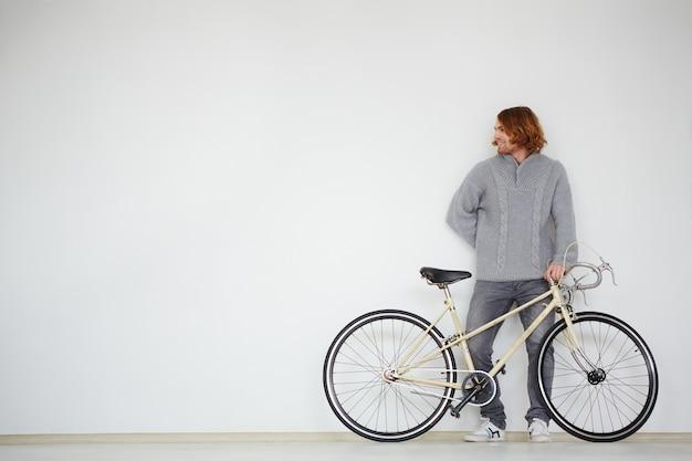 Uomo casuale con la sua nuova moto