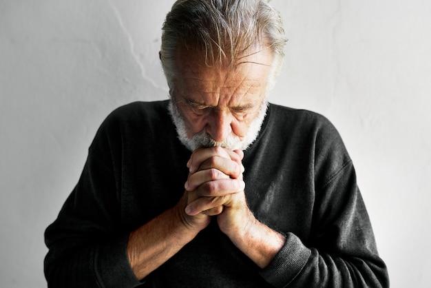 Uomo caucasico anziano con le dita collegate