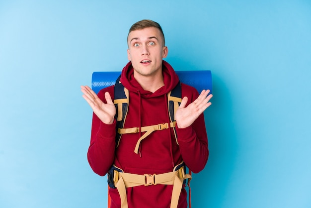 Uomo caucasico del giovane viaggiatore sorpreso e scioccato.