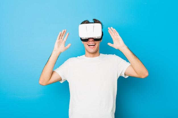 Uomo caucasico dell'adolescente che usando i vetri di una realtà virtuale
