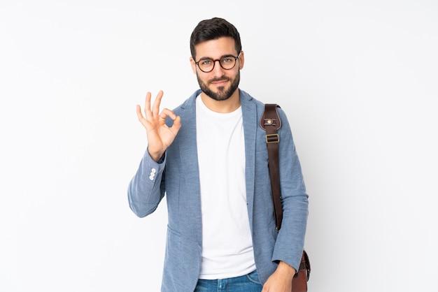 Uomo caucasico di affari isolato sulla parete bianca che mostra un segno giusto con le dita