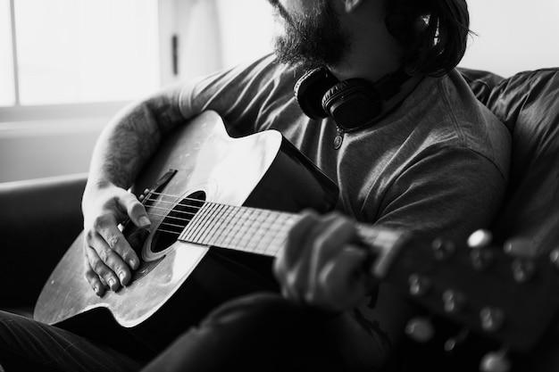 Uomo caucasico in un concetto di processo musicale di songwriting